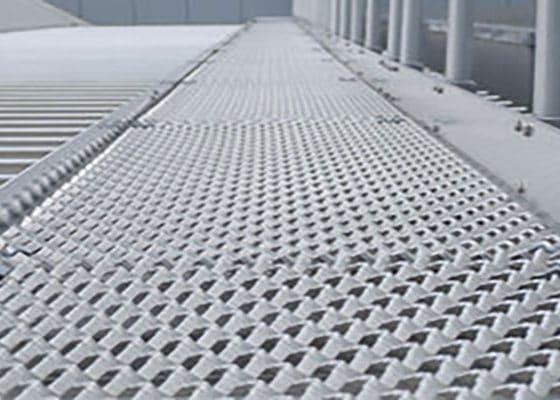 کاربرد توری استرچ متال برای ریل و راهرو کارخانجات صنعتی